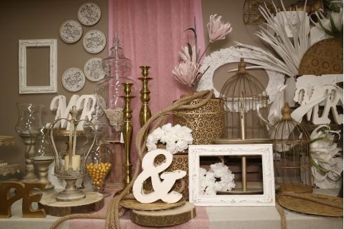 Ρομαντική διακόσμηση σε μπεζ χρυσό και ροζ λεπτομέρειες
